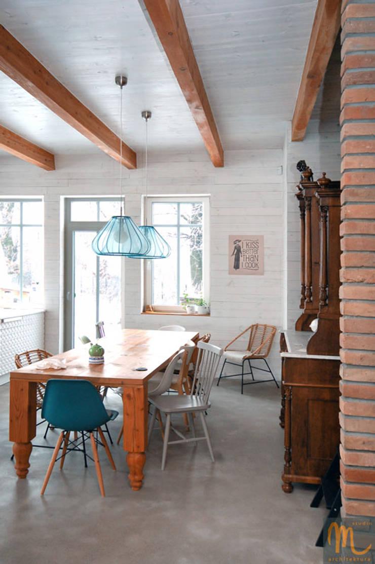 W drewniaku: styl , w kategorii Jadalnia zaprojektowany przez studio m Katarzyna Kosieradzka