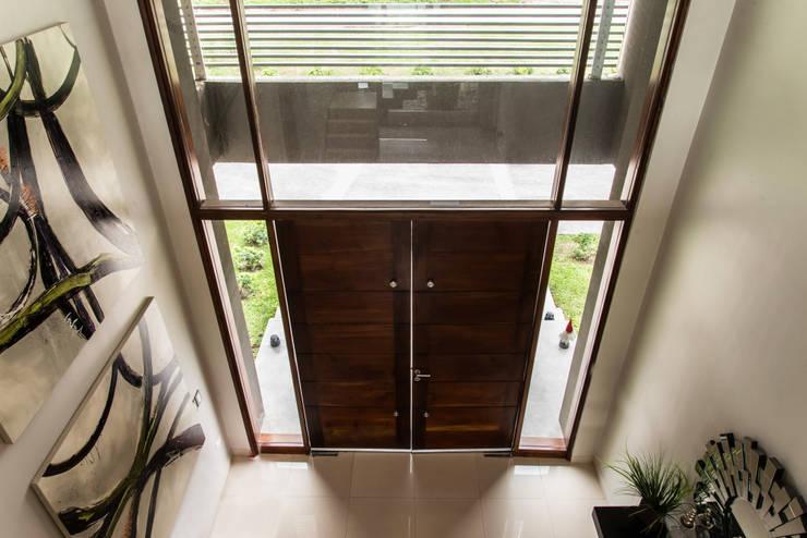 Casa MAS: Pasillos y recibidores de estilo  por Saez Sanchez. Arquitectos