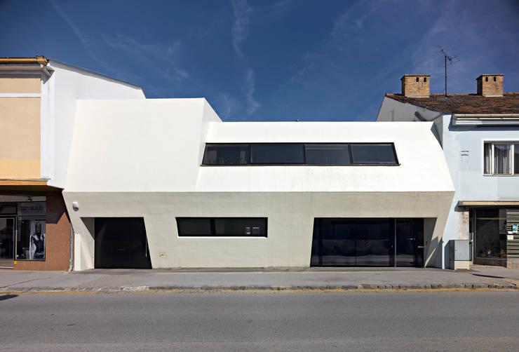 Weißer Monolith - Wohnhaus und Arztpraxis:  Häuser von LOSTINARCHITECTURE