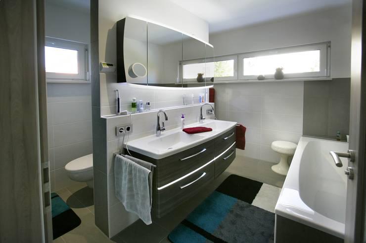 Projekty,  Łazienka zaprojektowane przez Fertighaus Servicebüro Schwarz