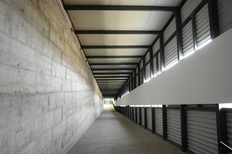 Centro Académico Cultural: Pasillos y recibidores de estilo  por Elías Arquitectura