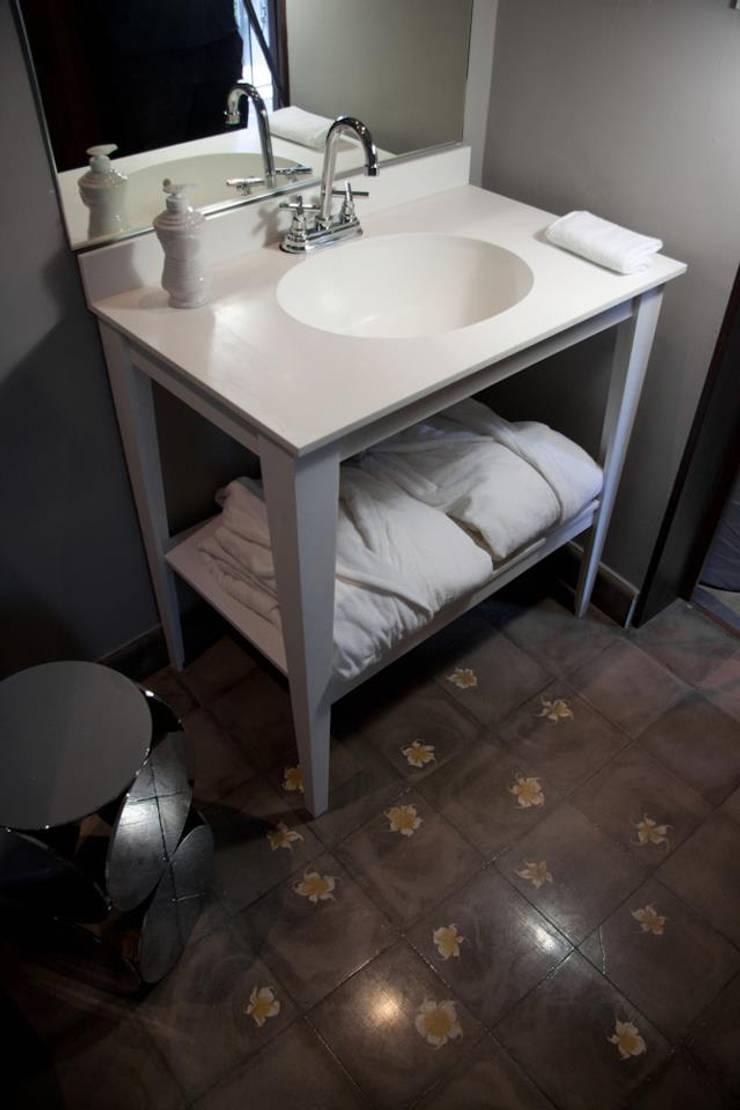 CORIAN® loves ELÍAS: Baños de estilo  por Elías Arquitectura