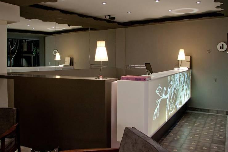 CORIAN® loves ELÍAS: Salas de estilo  por Elías Arquitectura