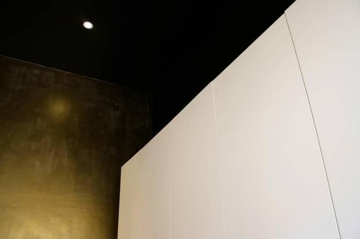 I.K. House Mexico City Paredes y pisos de estilo moderno de Elías Arquitectura Moderno