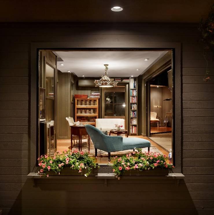LE FUMOIR & GYM-San Antonio Texas: Salas de estilo  por Elías Arquitectura