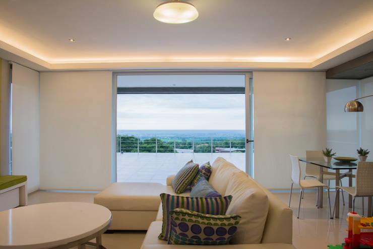 Salas de estar modernas por Saez Sanchez. Arquitectos