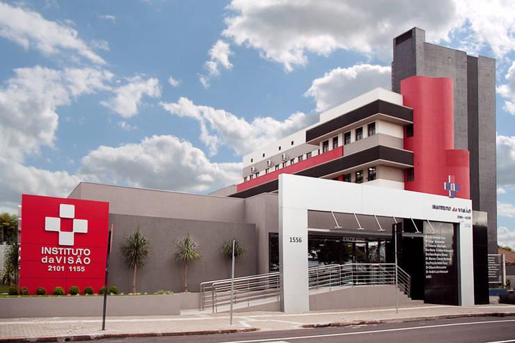 Revitalização da Fachada do Instituto da Visão: Hospitais  por Suelen Kuss Arquitetura e Interiores