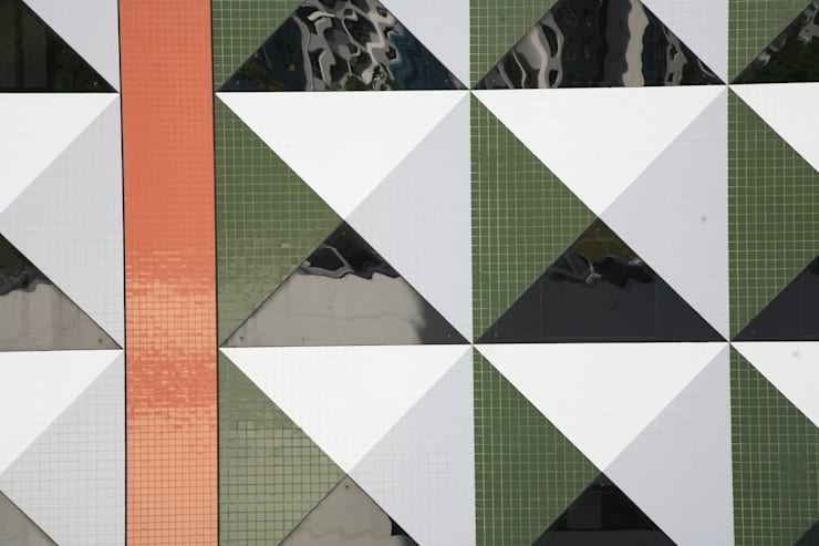 Detalhe fachada: Hotéis  por Peixoto Arquitetos Associados