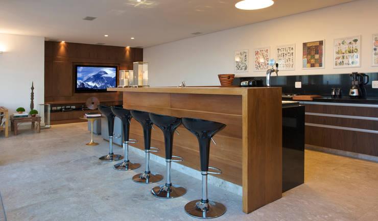 Residencia Serra dos Manacás: Cozinhas  por Manuela Senna Arquitetura e Design de Interiores,