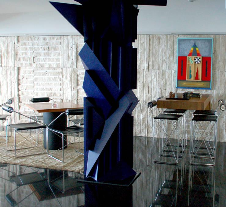 Escultura e Bar: Salas de estar  por Peixoto Arquitetos Associados