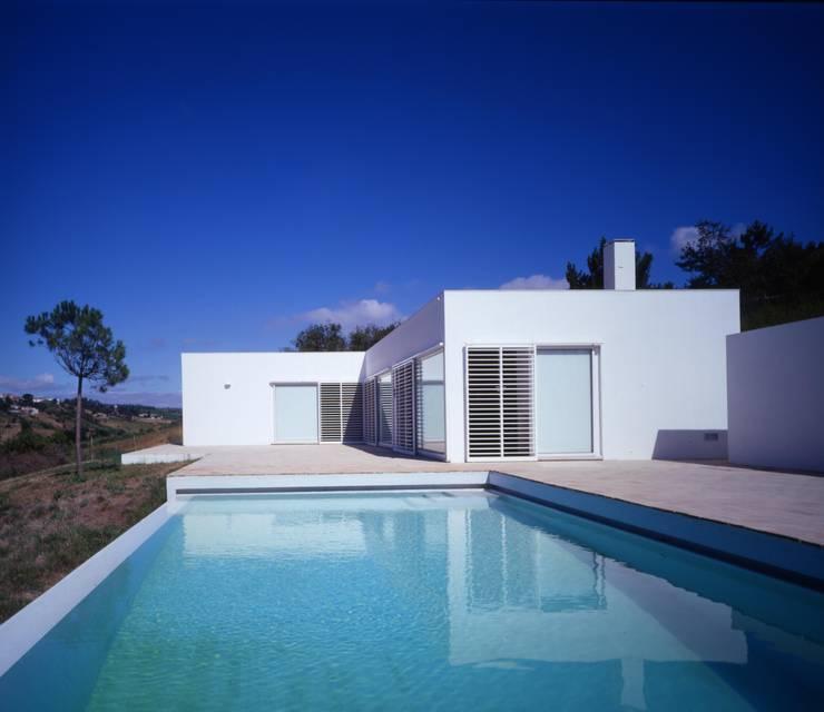 Piscina e terraço sul: Piscinas  por bpm arquitectura lda