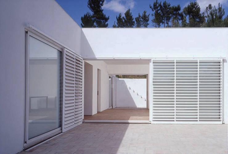 casa em Aveiras de Cima : Janelas   por bpm arquitectura lda
