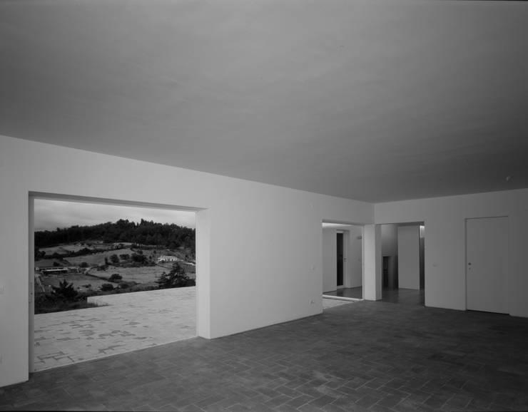 casa em Aveiras de Cima : Salas de estar  por bpm arquitectura lda