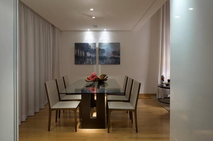 Residencia Serra dos Manacás: Salas de jantar  por Manuela Senna Arquitetura e Design de Interiores,