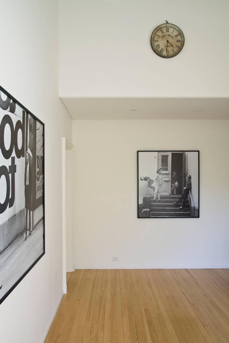 Casa en la Barranca · San Isidro, Buenos Aires · Paula Herrero | Arquitectura: Pasillos y recibidores de estilo  por Paula Herrero | Arquitectura