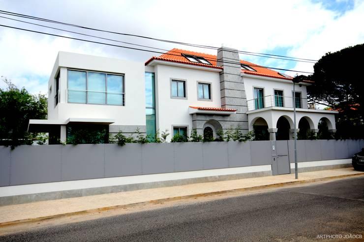 Remodelaçãoe ampiação de moradia: Casas  por Castello-Branco Arquitectos, Lda