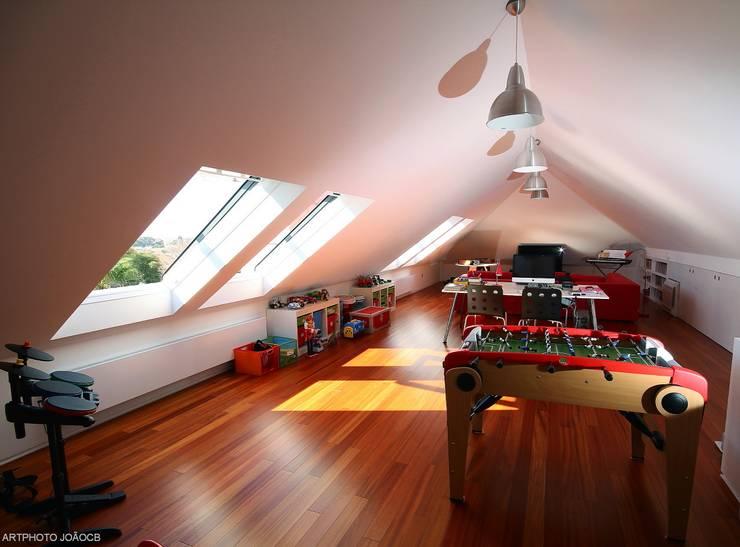 Remodelaçãoe ampiação de moradia: Quartos de criança modernos por Castello-Branco Arquitectos, Lda