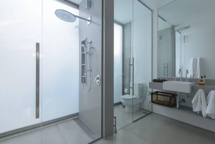 Residência Laranjeiras: Banheiros  por Estúdio SB Arquitetura