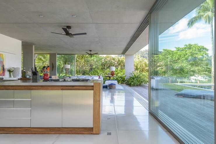 Residência Laranjeiras: Cozinhas  por Estúdio SB Arquitetura