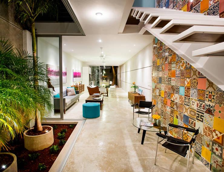Pasillos y recibidores de estilo  por HPONCE ARQUITECTOS