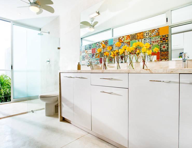Baño - B+H45: Baños de estilo  por HPONCE ARQUITECTOS