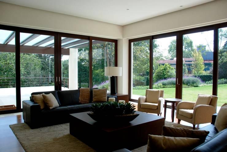 Salas / recibidores de estilo  por Productos Cristalum