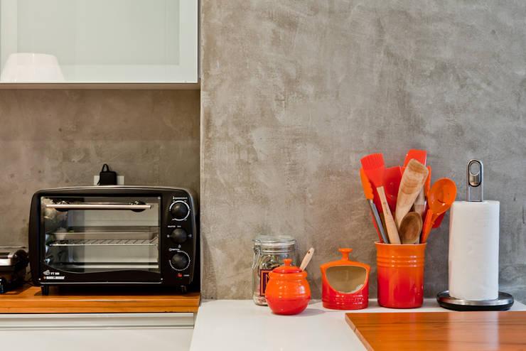 PROJETO APARTAMENTO PINHEIROS CRF : Cozinhas  por Ambienta Arquitetura ,Moderno