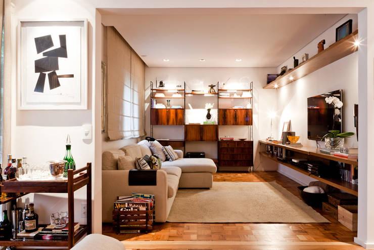 PROJETO APARTAMENTO PINHEIROS CRF : Salas de estar  por Ambienta Arquitetura ,Moderno