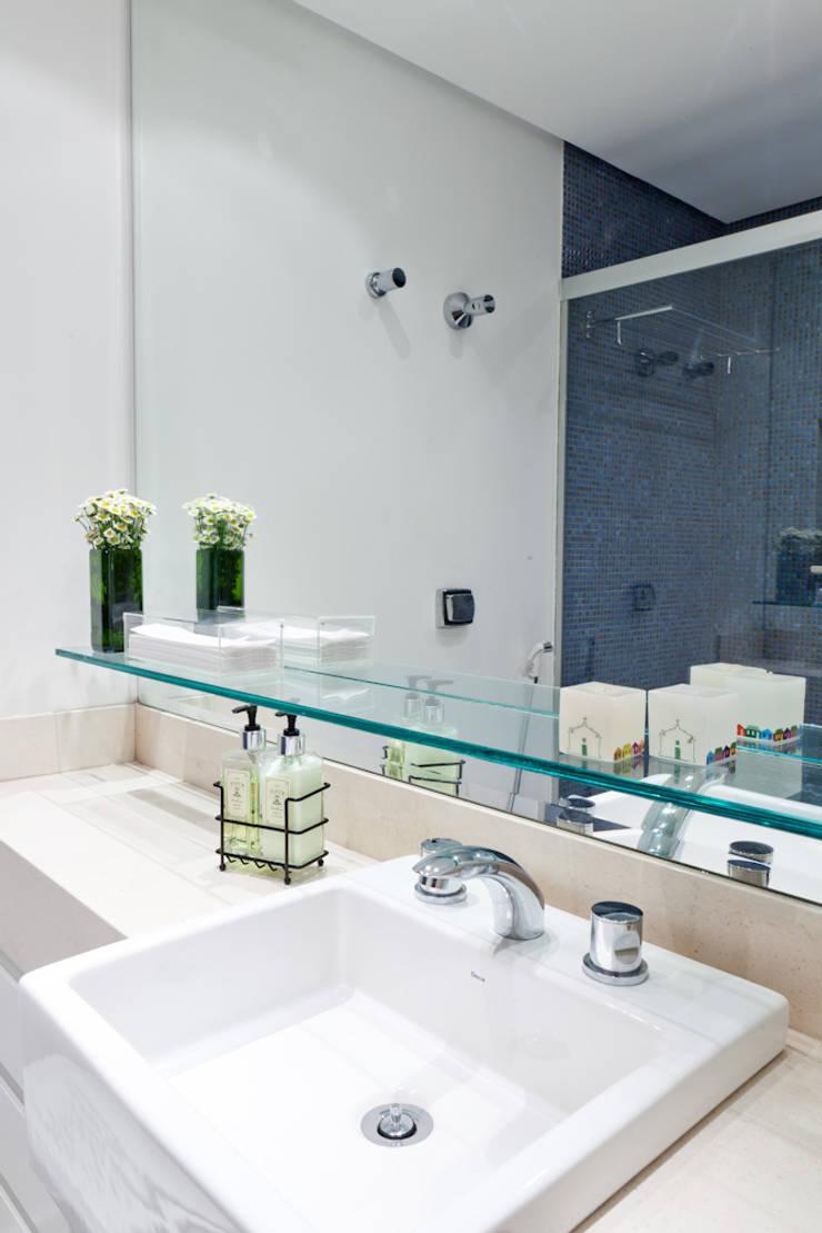 PROJETO APARTAMENTO PINHEIROS CRF : Banheiros  por Ambienta Arquitetura ,Moderno