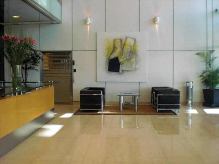 espacio con arte Estudios y oficinas modernos de Daniel Vidal Moderno Cuero Gris