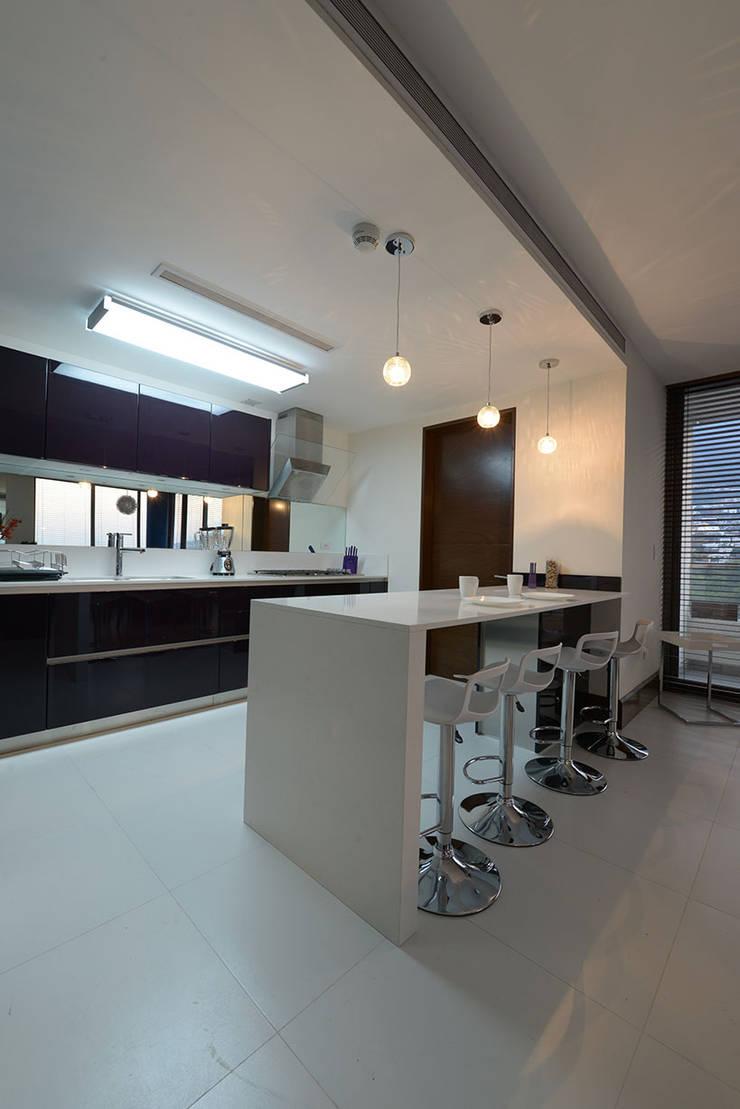 Kitchen by ESTUDIO TANGUMA