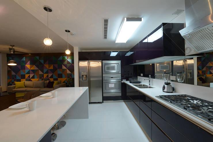 BOSQUES: Cocinas de estilo  por ESTUDIO TANGUMA