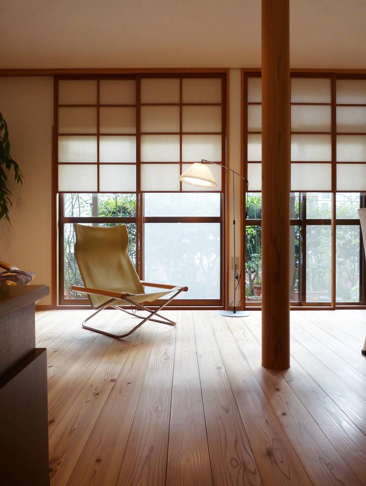 上げ下げ障子でリノベーション: T設計室一級建築士事務所/tsekkeiが手掛けたリビングです。,モダン 木 木目調