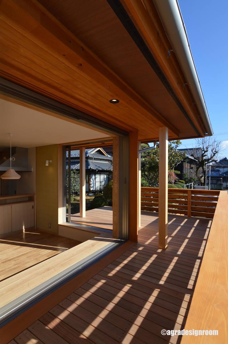 軒の深い、開放的な空間 オリジナルな 家 の アグラ設計室一級建築士事務所 agra design room オリジナル 木 木目調