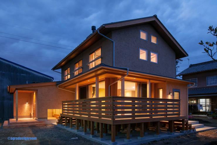 やさしい光を放つ夜: アグラ設計室一級建築士事務所 agra design roomが手掛けた家です。