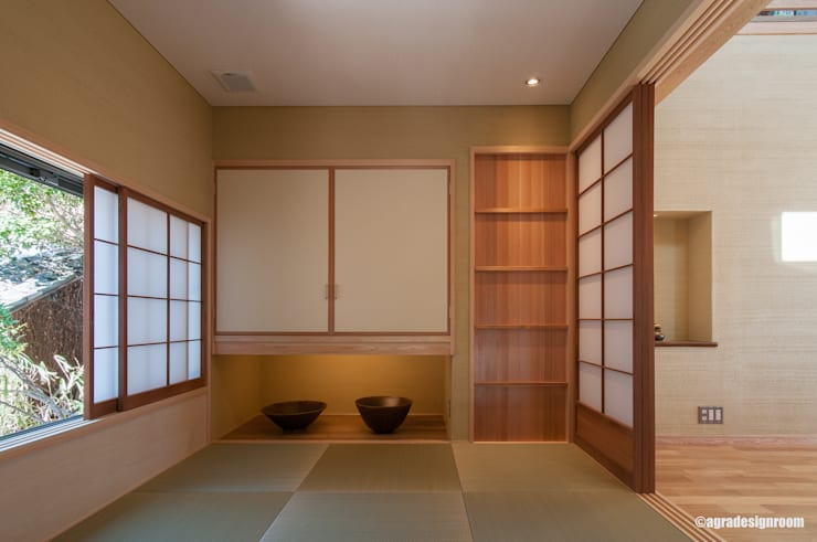 玄関につながる、商談スペースを兼ねた小さな和室: アグラ設計室一級建築士事務所 agra design roomが手掛けたリビングです。