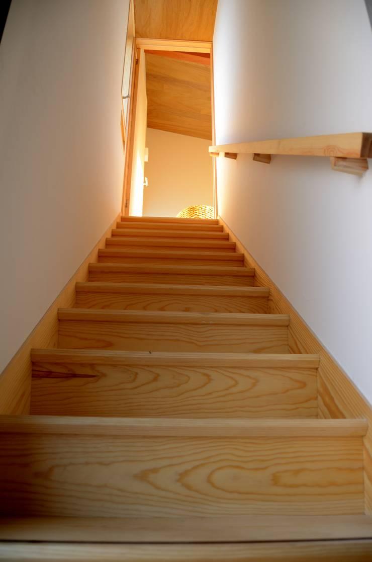 地元の赤松材を使った階段: 高野建築が手掛けた廊下 & 玄関です。,モダン