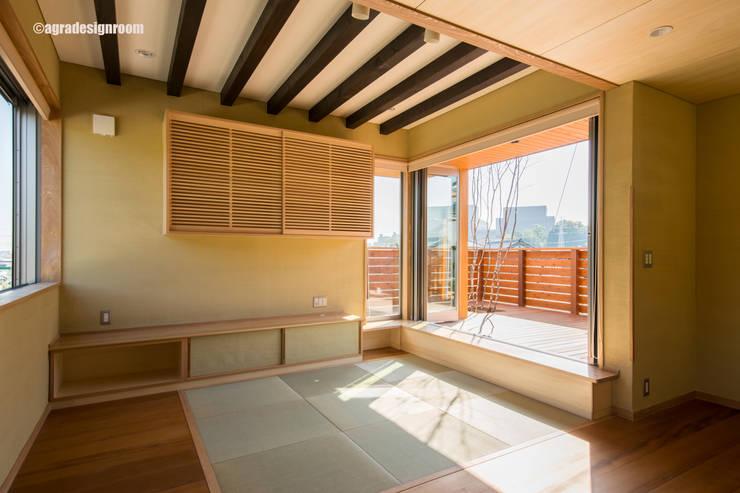 窓辺をつくる: アグラ設計室一級建築士事務所 agra design roomが手掛けたリビングです。