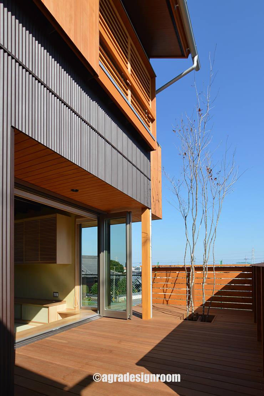 軒を深く、低く: アグラ設計室一級建築士事務所 agra design roomが手掛けた家です。
