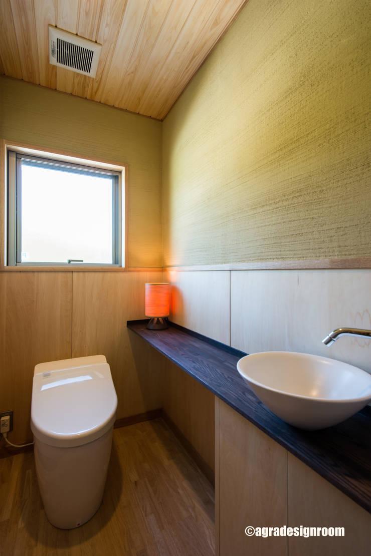少しリッチで和モダンで、衛生的なトイレ: アグラ設計室一級建築士事務所 agra design roomが手掛けた浴室です。
