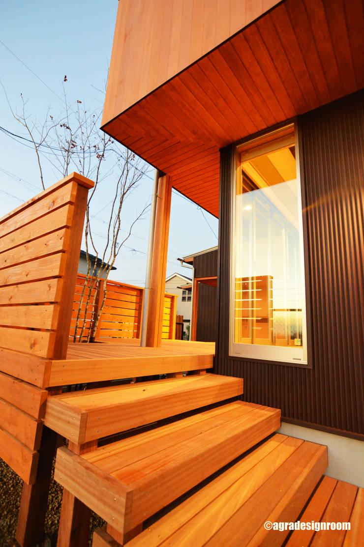朝日を浴びるウッドデッキ: アグラ設計室一級建築士事務所 agra design roomが手掛けたテラス・ベランダです。