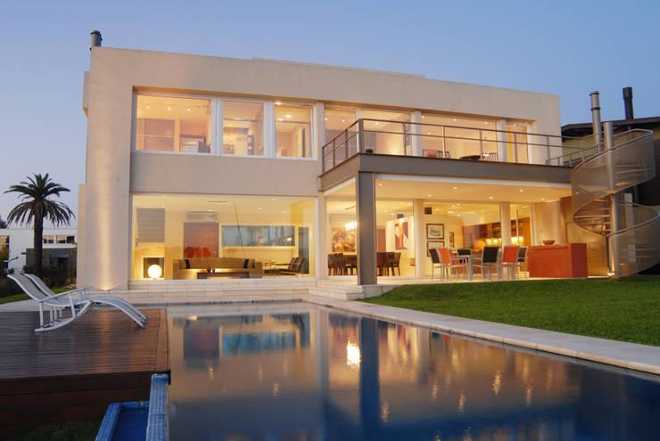 Galeria en Perfil U: Casas de estilo minimalista por Ramirez Arquitectura