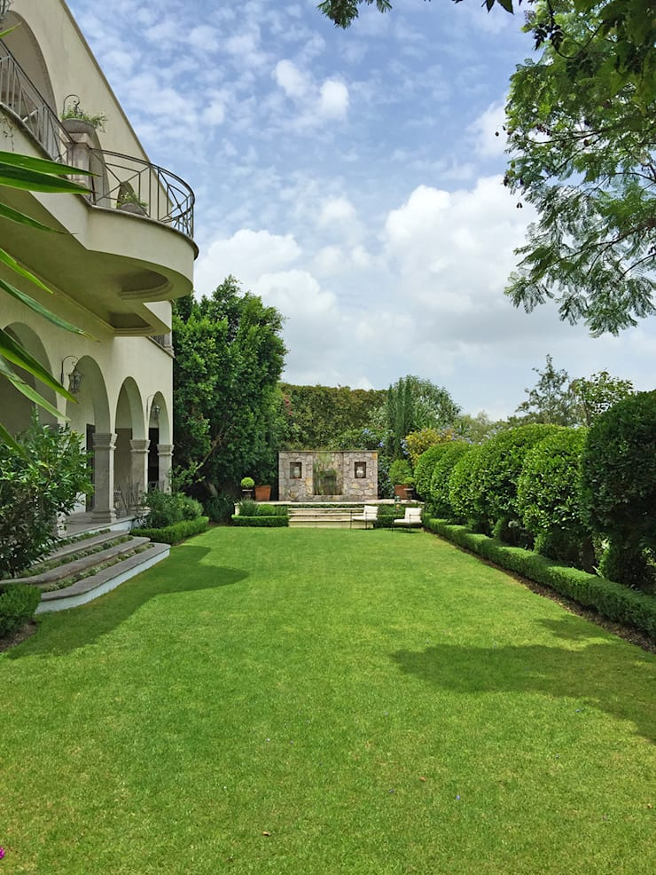 Jardin principal con fuente y jacuzzi: Jardines de estilo  por Terra