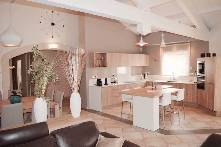 Rénovation complète d'un espace salon/cuisine/salle à manger dans un style très lumineux : Cuisine de style de style Moderne par COLOMBE MARCIANO