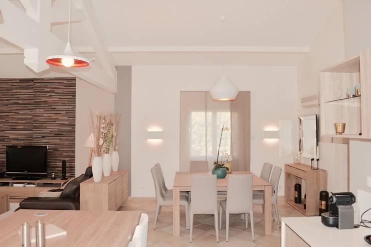 Rénovation complète d'un espace salon/cuisine/salle à manger dans un style très lumineux : Salle à manger de style  par COLOMBE MARCIANO