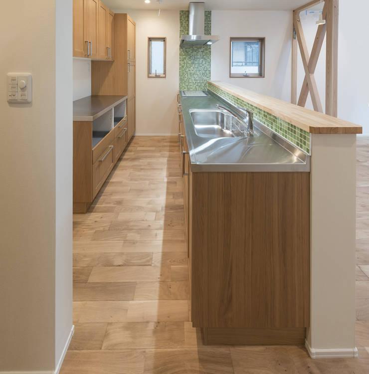 足立区の家: 岡本建築設計室が手掛けたキッチンです。,モダン