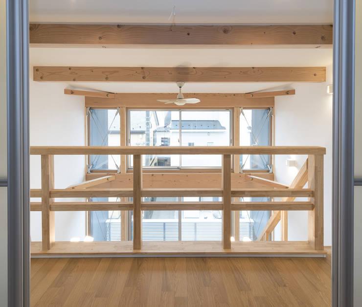 Pasillos y vestíbulos de estilo  por 岡本建築設計室
