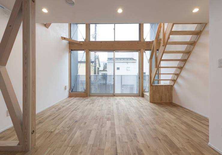 Salas / recibidores de estilo  por 岡本建築設計室