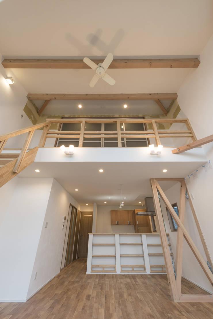 足立区の家: 岡本建築設計室が手掛けたリビングです。,モダン