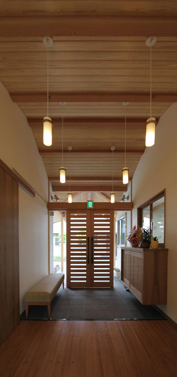 リハビリデイ木の葉: 岡本建築設計室が手掛けた廊下 & 玄関です。